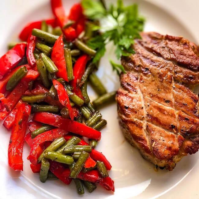 Стейк из свинины с овощами по-венгерски