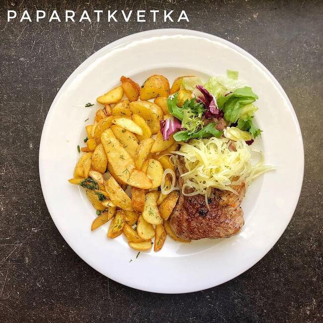 Стейк из свинины с картофелем по-селянски и маринованным луком